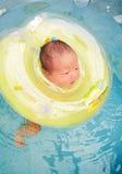 νεογέννητη κολύμβηση μωρών Στοκ Εικόνες