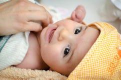Νεογέννητη κουκούλα πορτρέτου προσώπου μωρών βλέμματος κινηματογραφήσεων σε πρώτο πλάνο ματιών Στοκ Φωτογραφία