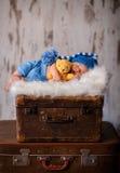 Νεογέννητη φωτογραφία 2 ηλικίας εβδομάδων μωρών ύπνου μαλακό σε χνουδωτό Στοκ φωτογραφίες με δικαίωμα ελεύθερης χρήσης