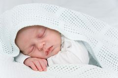 νεογέννητος ύπνος αγοριώ&n Στοκ εικόνες με δικαίωμα ελεύθερης χρήσης