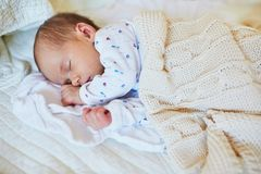 Νεογέννητος ύπνος κοριτσάκι στοκ φωτογραφία με δικαίωμα ελεύθερης χρήσης