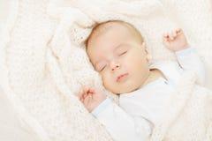 Νεογέννητος ύπνος μωρών, που καλύπτει το μαλακό μάλλινο κάλυμμα Στοκ εικόνες με δικαίωμα ελεύθερης χρήσης