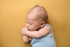 Νεογέννητος ύπνος μωρών στο κάλυμμα στοκ εικόνα