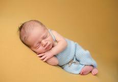 Νεογέννητος ύπνος μωρών στο κάλυμμα στοκ φωτογραφία