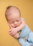 Νεογέννητος ύπνος μωρών στο κάλυμμα στοκ φωτογραφίες με δικαίωμα ελεύθερης χρήσης