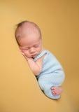Νεογέννητος ύπνος μωρών στο κάλυμμα στοκ εικόνες