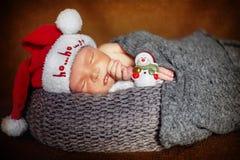 Νεογέννητο αγοράκι κοιμισμένο που τυλίγει σε μια γενική κινηματογράφηση σε πρώτο πλάνο Στοκ Εικόνες