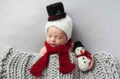 Νεογέννητο αγοράκι με το καπέλο χιονανθρώπων και το παιχνίδι βελούδου Στοκ φωτογραφία με δικαίωμα ελεύθερης χρήσης