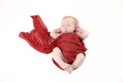 Νεογέννητο αγοράκι με το κόκκινο περικάλυμμα στοκ εικόνα με δικαίωμα ελεύθερης χρήσης