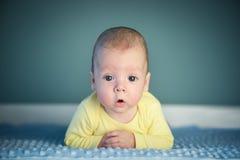 Νεογέννητο αγοράκι στην μπλε κινηματογράφηση σε πρώτο πλάνο ταπήτων στοκ φωτογραφία