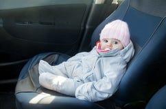 Νεογέννητο αυτοκίνητο που κάθεται τον μπροστινό ντυμένο κάθισμα χειμώνα Στοκ φωτογραφία με δικαίωμα ελεύθερης χρήσης
