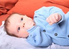 Νεογέννητο κοριτσάκι με τον αντίχειρα στο στόμα στοκ εικόνα με δικαίωμα ελεύθερης χρήσης