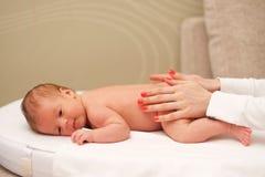 Νεογέννητο μασάζ μωρών Στοκ φωτογραφία με δικαίωμα ελεύθερης χρήσης