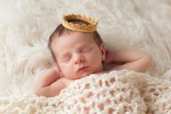 Νεογέννητο μωρό με την κορώνα του πρίγκηπα Στοκ φωτογραφία με δικαίωμα ελεύθερης χρήσης