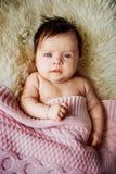 Νεογέννητο μωρό που εναπόκειται στα ανοικτά μάτια στο παχνί Στοκ φωτογραφία με δικαίωμα ελεύθερης χρήσης