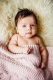 Νεογέννητο μωρό που εναπόκειται στα ανοικτά μάτια στο παχνί Στοκ φωτογραφίες με δικαίωμα ελεύθερης χρήσης