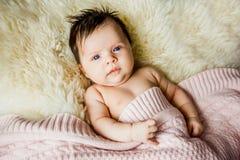 Νεογέννητο μωρό που εναπόκειται στα ανοικτά μάτια στο παχνί Στοκ Φωτογραφίες