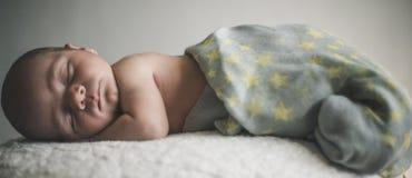 Νεογέννητο μωρό που καθορίζει τον ύπνο Στοκ φωτογραφία με δικαίωμα ελεύθερης χρήσης