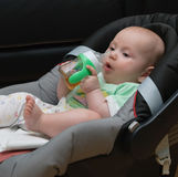 Νεογέννητο μωρό σε ένα κάθισμα αυτοκινήτων Στοκ εικόνες με δικαίωμα ελεύθερης χρήσης