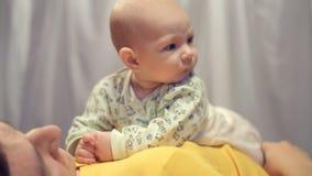 Νεογέννητο μωρό στα όπλα του πατέρα του απόθεμα βίντεο