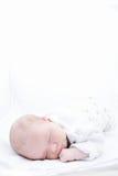 Νεογέννητο μωρό στις πυτζάμες που κοιμούνται στο άσπρο υπόβαθρο που απομονώνεται Στοκ φωτογραφία με δικαίωμα ελεύθερης χρήσης