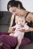 Νεογέννητο μωρό στο πόδι μητέρων Στοκ Εικόνες
