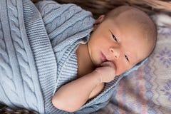 Νεογέννητο να βρεθεί σε ένα καλάθι Στοκ Εικόνες
