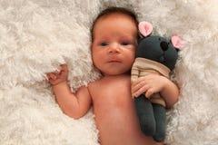 Νεογέννητο παιχνίδι μωρών και καλτσών στοκ φωτογραφία με δικαίωμα ελεύθερης χρήσης
