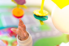 νεογέννητο παιχνίδι μωρών Στοκ φωτογραφία με δικαίωμα ελεύθερης χρήσης