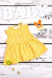 Νεογέννητο χαριτωμένο κίτρινο φόρεμα κοριτσιών στοκ φωτογραφίες