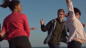 Νεολαία γέλιου που τρέχει στην ακτή φιλμ μικρού μήκους