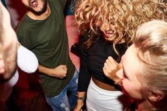 Νεολαία χορού στη λέσχη Στοκ εικόνα με δικαίωμα ελεύθερης χρήσης