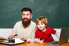 Νεολαίες ή ενήλικος r Εκμάθηση παιδιών Προσχολικός μαθητής Παιχνίδι δασκάλων ατόμων με το παιδί preschooler Δάσκαλος και στοκ εικόνα με δικαίωμα ελεύθερης χρήσης
