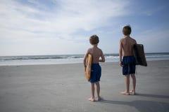 νεολαίες αγοριών παραλ&io Στοκ φωτογραφίες με δικαίωμα ελεύθερης χρήσης