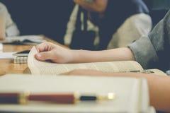 νεολαίες γυναικών ανάγνωσης βιβλίων στοκ φωτογραφία