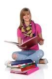 νεολαίες γυναικών ανάγνωσης Στοκ φωτογραφίες με δικαίωμα ελεύθερης χρήσης
