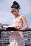 νεολαίες γυναικών ανάγν&omeg στοκ φωτογραφία με δικαίωμα ελεύθερης χρήσης