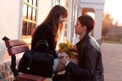 νεολαίες γυναικών ανδρών αγάπης δήλωσης Στοκ εικόνα με δικαίωμα ελεύθερης χρήσης