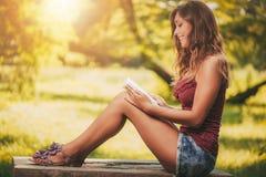 νεολαίες γυναικών βιβλί& Στοκ Εικόνες