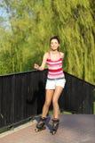 νεολαίες γυναικών γύρου rollerblades Στοκ εικόνες με δικαίωμα ελεύθερης χρήσης