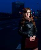 νεολαίες γυναικών επιχειρησιακής εκμετάλλευσης brunette χαρτοφυλάκων Στοκ Εικόνες