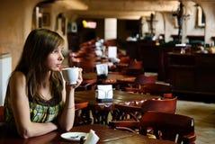 νεολαίες γυναικών καφέδ& Στοκ Φωτογραφίες