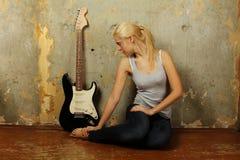 νεολαίες γυναικών κιθάρ&o Στοκ Φωτογραφίες