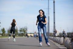 νεολαίες γυναικών κυλί&nu Στοκ φωτογραφία με δικαίωμα ελεύθερης χρήσης