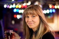 νεολαίες γυναικών ποτών Στοκ εικόνες με δικαίωμα ελεύθερης χρήσης
