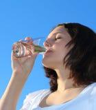 νεολαίες γυναικών πόσιμου νερού Στοκ εικόνα με δικαίωμα ελεύθερης χρήσης