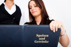 νεολαίες γυναικών σερβ& Στοκ Εικόνα