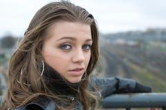 νεολαίες γυναικών σταθμών Στοκ εικόνα με δικαίωμα ελεύθερης χρήσης