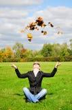 νεολαίες γυναικών φύλλ&omega Στοκ φωτογραφία με δικαίωμα ελεύθερης χρήσης