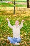 νεολαίες γυναικών φύλλ&omega Στοκ εικόνα με δικαίωμα ελεύθερης χρήσης